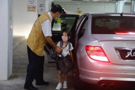 大愛爸爸把孩子從車上帶到入口處。【攝影者:謝明潔】