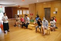 教育中心一樓大廳設立了家長等候區。【攝影者:謝明潔】