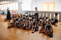 五歲班小朋友放學後在二樓等待,老師唱名后便可以下樓回家。【攝影者:謝明潔】