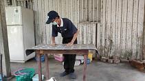 志工為老舊家具加工處理,讓他能舊物利用。【攝影者:志工】