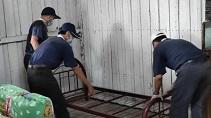 志工為江先生安置二手床架。【攝影者:志工】