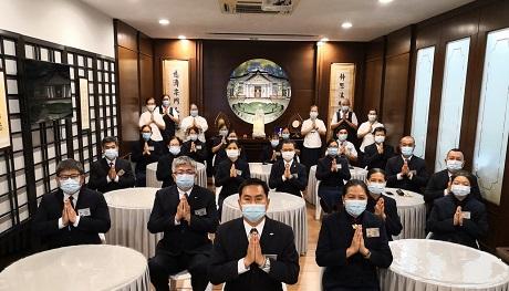 慈誠委員們保持社交距離,並佩戴口罩,全程恭敬聞法。【攝影者:鄭靜萍】